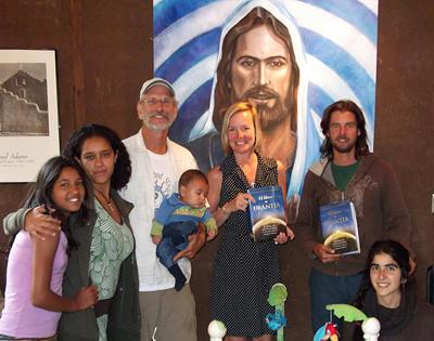 Jennifer, con Jon DeToy y Pradhana Fuchs.