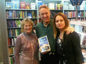 Susana Hüttner Palaia, Mo Siegel y Ligia Zotini en una librería FNAC.