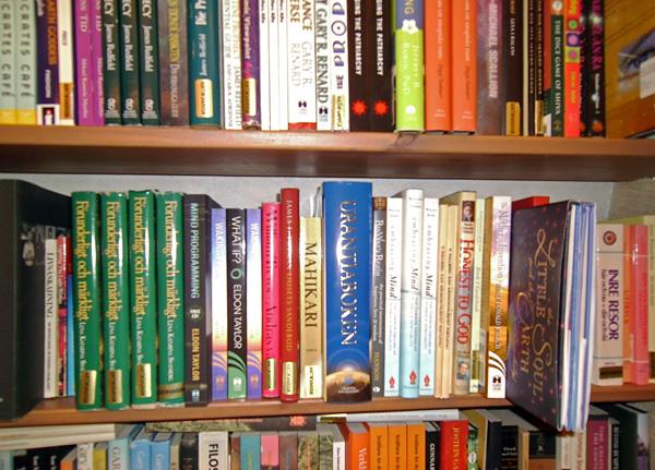 Urantiaboken sur les étagères d'une librairie à Vattumannen